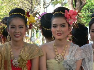 800px-Thai_girls_in_traditional_costumes_Chiang_Mai_2005_032